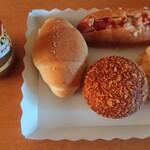 デイリーヤマザキ - 料理写真:カレーパン・メロンパン・ホットドック・不明のバターロールw