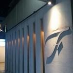 トラットリア フィオーレ - まさに隠れ家的。「F」のマークが目印です。