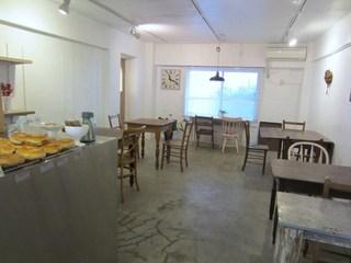 リルベーグル - 内には広いイートインスペースも確保されてオーダーを受けてから作るベーグルサンドやコーヒの食事もできますよ。