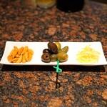 バー・カプリ - チャーム  柿の種、オリーブ、レモンピール