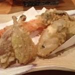 旬楽 飃 - 旬の天ぷら盛り合わせ。これは楽しい一品です!この日は牡蠣も入っていました。