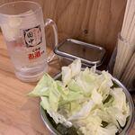 串カツ田中 - お通しは生キャベツ