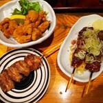 鳥天 - 左下から、味噌ホルモン、なんこつ唐揚げ、鶏レバー(2本)