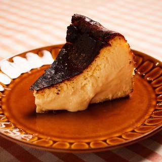 【持ち帰り&カフェ利用も】名物・バスク風チーズケーキ