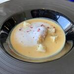 レストラン ラトリエ - クガニイモ(黄金芋のなまり)、ミルクの泡とピパ―チ(島胡椒)、ピンクペッパー