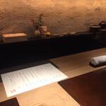 122277585 - 店内は照明も造りもシックでカウンターバーのような感じです でも和食店です