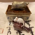 京懐石 吉泉 - 先付け〜猪と鼠の干支が絡んだ美しい器。蓋を開けると、綺麗な先付け。