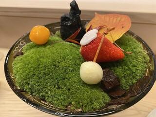 京懐石 吉泉 - 盆栽の苔に載せられた苺にシャーベット、チョコレート。