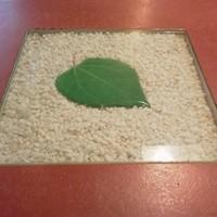 香の木-テーブルに埋め込まれた桂の葉