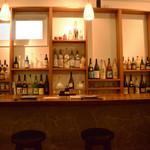 辺銀食堂 - 20年~40年モノのビンテージ泡盛古酒が眺められる広めのカウンター
