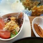 Haihaitenzankaku - サラダの上にはツナマヨと中華風ドレッシング、香の物はポリポリ食感良い大根の醤油漬け
