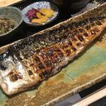 魚菜料理 二代目 みつい - 生サバを炭火で焼いています