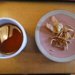 おおわ田 - 食後に出されたお茶と蕎麦の揚げたもの