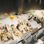 オストレア oysterbar&restaurant - お店の入り口に牡蠣並んでます
