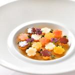 ラ・トゥーエル - 料理写真:和牛の生ハムとボタンエビ 4種類の人参の花びらに4種類の香り