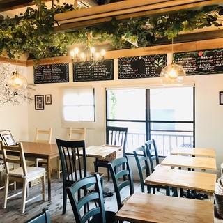 カフェのような隠れ家酒場でお料理とお酒をお楽しみください