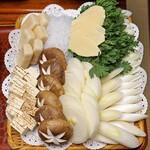 岡半 - 玉葱、筍、白滝、椎茸、お麩、豆腐、春菊、葱