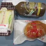 ロイヤルベーカリーショップ - 彩りサラダサンドとジャワカレーパン