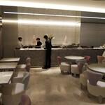 Cafe'Dior by Pierre Herme' - 椅子もテーブルもディオール製品