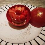 Cafe'Dior by Pierre Herme' - 中には、苺とリュバーブのケーキ。ケーキの味は並み以下ですが ビジュアルは満点。