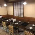 炭火焼鳥 さんぽ - テーブル席ベンチシート