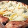 cafe 旭荘 - 料理写真:ゴルゴンゾーラとりんごのピザ1100円税込