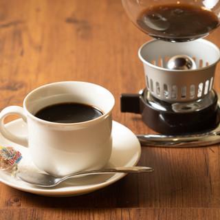 サイフォンで淹れるコーヒーやお酒をゆったりとお楽しみください