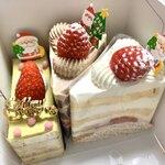 122406063 - (12/22日 購入)左から、ピスタチオ系、チョコレート系、いちご系、なんだか、どれもキュートな仕上がり...、普段はもっと、ラグジュアリーなケーキ...                       人にあげるケーキを勝手に撮影