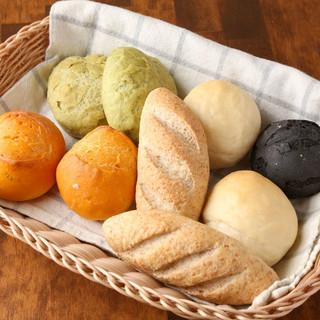 こだわりのおかわり自由な自家製パン。おかわりする方が続出です