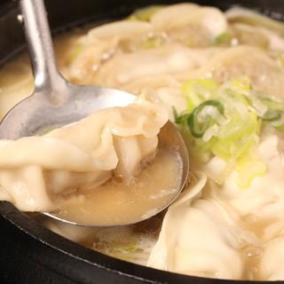 豚骨スープでグツグツ煮込んだ、熱々の「炊き餃子」