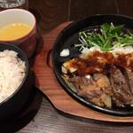 鶏料理 鉄板焼 かしわ - 「特選オーストラリア産 サーロインステーキ」は五穀飯&濃厚チキンスープ付きです。