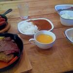 ステーキキャンプ ハングリーコヨーテ - ハングリー牛ステーキ&手仕込みハングリーバーグ(10%込¥2,199)ソースはさっぱりトマトケッパー スキレットウインナー(10%込¥660)