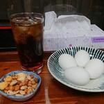 立ち飲み処 - ウーロンハイ350円 ナッツ200円 ゆで玉子50円