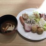 武藏 - 朝食ビュッフェ2800円。蟹の味噌汁、野菜のロースト、ソーセージ、海鮮しゅうまい、炙りベーコンなど。
