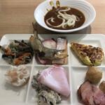 武藏 - 朝食ビュッフェ2800円。山菜入り切り干し大根、カレーうどん、お好み焼きなど。こちらのお好み焼きは、不思議と?本格的な味わいです。口にするとフワフワで、とても美味しかったです(╹◡╹)