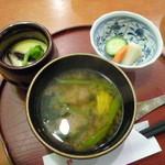 天松 - えび天丼は味噌汁、漬物、茶碗蒸しも付きます