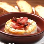 肉バル ジラソーレ - カマンベールチーズとベーコンのオーブン焼き