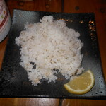 122461604 - 麦ごはんにレモンをかけて食べる