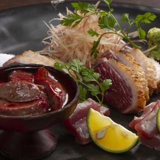 香ばしく炙った鴨肉のたたきや鴨せいろ。香り高い国産蕎麦粉で
