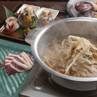 甘みのある新鮮な鴨肉をたっぷりの野菜と味わう「河内鴨の鍋」