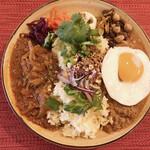 Cafe 豆うさぎ - カレー3種大盛チキン、ラム、エスニック+半熟たまご