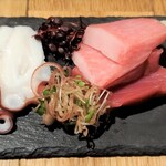炭火焼大衆酒場 御厨 - 刺身おまかせ4種盛り本マグロ・カツオ・水ダコ・ブリ 刺身は美味しい!