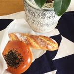 ブランジェリー オランジュ - オレンジバゲットはクラストの香ばしさと香り高いオレンジピールがマッチ。パンもあんこも美味しいあんぱん。各¥120〜150くらい