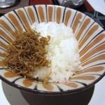 京都ぎをん 八咫 - 天ぷらを食べ終わったらそろそろご飯、ごはんにはテーブルにあるチリメンジャコの佃煮を乗せていただきました。