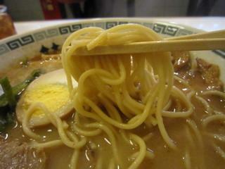 桂花ラーメン 渋谷センター街店 - 硬めに茹で揚げられた中太ストレート麺。