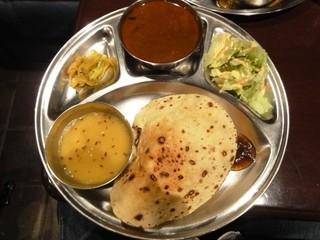 タール - ネパール定食(ダルバードセット)1,500円 カリー1品、サブジ、ダールスープ、ライス、ロティ、サラダ、ヒマラヤティ