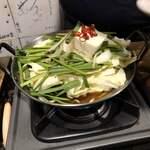 元祖博多麺もつ屋 - ハーフ麺もつ醤油味 完成前