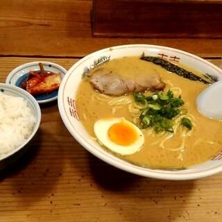 めん吉 - 料理写真:ラーメン定食 900円のとんこつ醤油ラーメンとごはん、キムチ