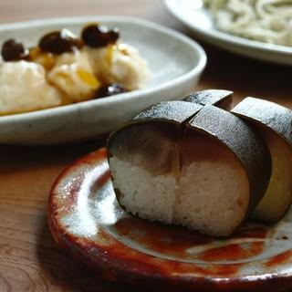 鯖寿司:各店異なる和久傳の名物
