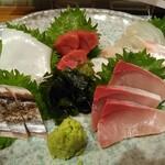 阿波海鮮 魚家  - お刺身五種盛り・鯛・マグロ・ハマチ・イカ・鰆の炙り